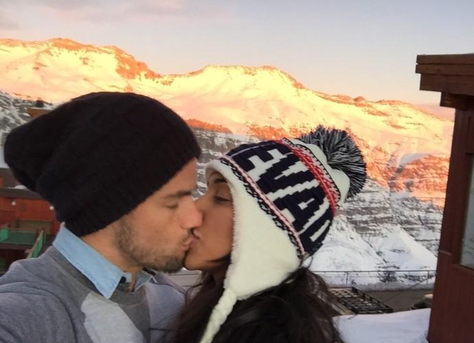 Juntíssimos, Talita e Rafael se beijam com o pôr do sol ao fundo (Foto: Arquivo Pessoal)