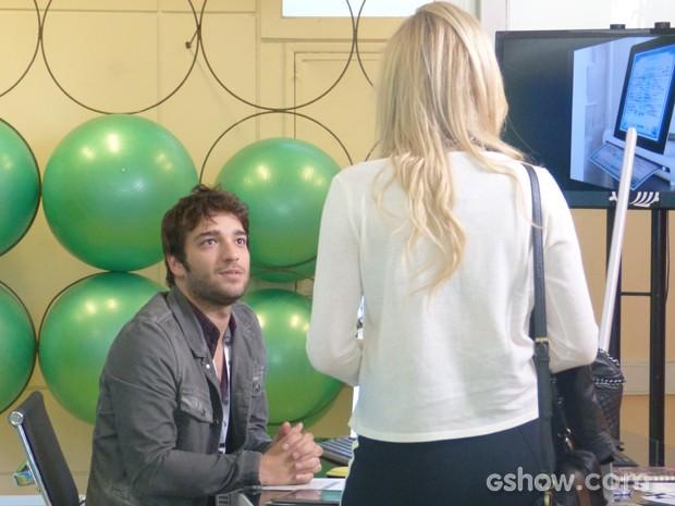 Megan vai atrás de Davi e joga aquele charme para cima do hacker (Foto: Geração Brasil/TV Globo)