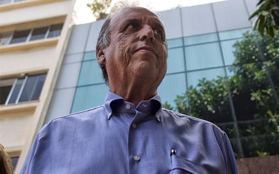 O Governador do Estado Luiz Fernado Pezão, acompanhado por familiares, tem alta mádica e deixa o Hospital Pró-Cardíaco, em Botafogo, zona sul do Rio de Janeiro, nesta quinta-feira (31) (Foto: Paulo Campos / Ag. O Globo)