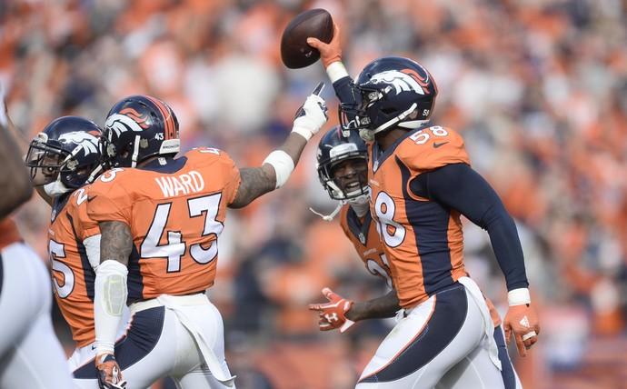 Von Miller comemora durante Broncos x Patriots na NFL (Foto: Reuters)