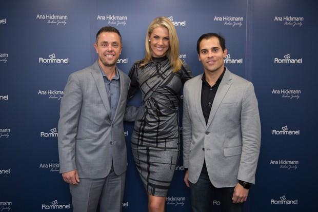 8711eb0ba3ae5 Paulo Salva, gerente comercial da Rommanel Miami, Ana Hickmann e Bruno  Assunção Rodrigues,