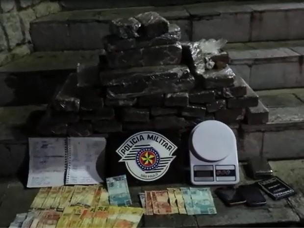 Polícia apreendeu droga, dinheiro e balança de precisão (Foto: Divulgação/Polícia Militar)
