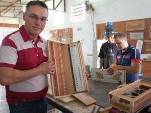 Amazan é dono da única empresa do Norte-Nordeste a fabricar sanfonas com ressonância (Foto: Ligia Coeli)