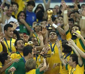 Brasil ergue a taça da Copa das Confederações (Foto: AP Photo/Victor R. Caivano)