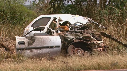Dois morrem em colisão entre carro e caminhão de gás em Miguelópolis, SP
