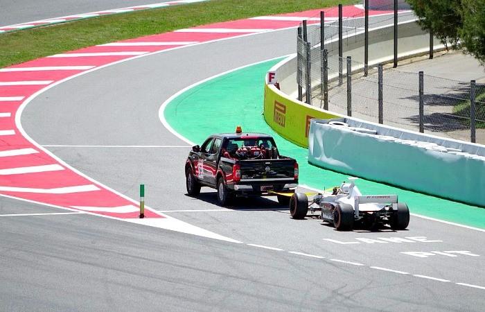 Carro de dois lugares da F1 quebra em Barcelona