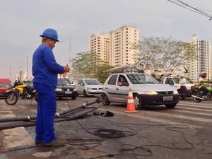 Na Avenida Historiador Rubens de Mendonça (Avenida do CPA), temporal destruiu sinalização de trânsito. (Foto: Leandro Nascimento / G1)