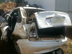 Carro que saiu de GO e seguia para Alcínópolis ficou destruído  (Foto: Divulgação PRF)