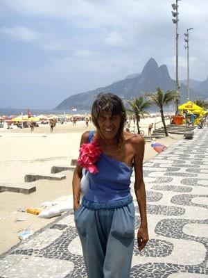Ana Maria na praia de Ipanema durante filmagem do documentário (Foto: Divulgação )