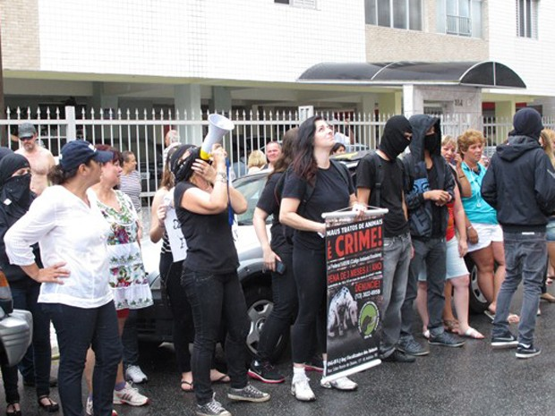Manifestantes usaram megafone pedindo que outros animais fossem retirados do apartamento de onde o pinscher foi arremessado  (Foto: Silvio Muniz/ G1)