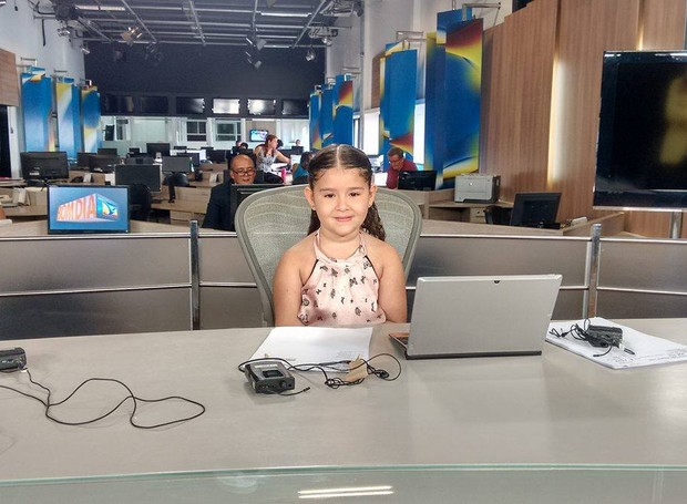 Mariana Mesquita, apaixonada por televisão, visitou a redação da TV Mirante (Foto: Robert Oliveira/G1)