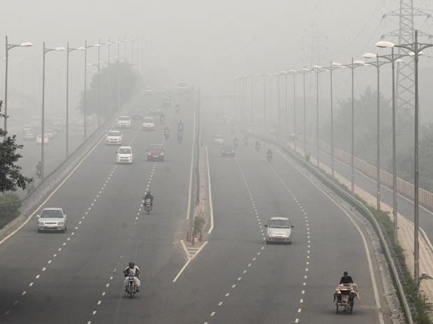 Fumaça atrapalha a visibilidade dos motoristas (Foto: AP Photo/Altaf Qadri)