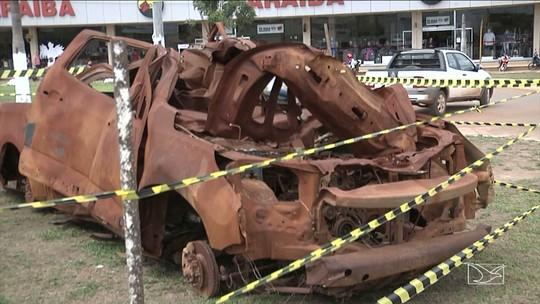 Carros batidos são usados para chamar atenção de motoristas em Balsas