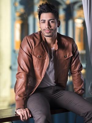 O cantor Dienis gosta de ser autêntico no seu visual (Foto: Paprica Fotografia)