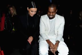 Kim Kardashian, grávida, e Kanye West assistem a desfile em Paris, na França (Foto: Bertrand Rindoff Petroff/ Getty Images)