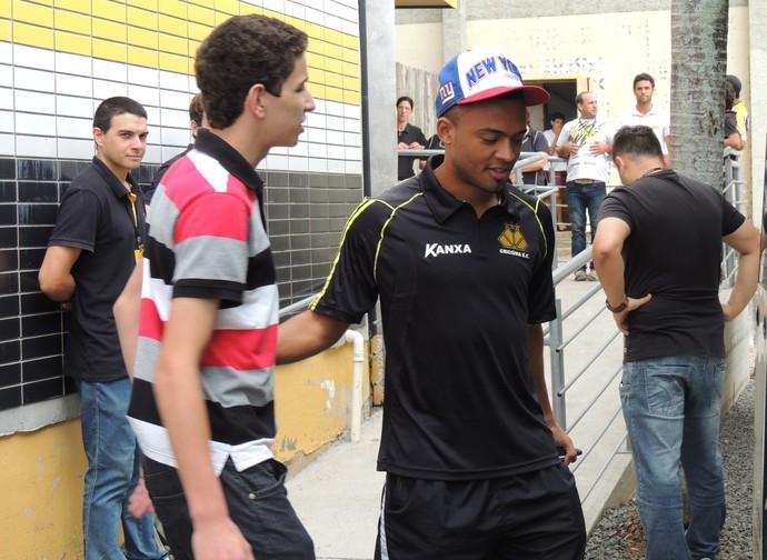 João Vitor volante Criciúma embarque (Foto: João Lucas Cardoso)