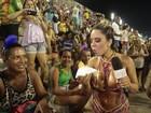 Musa popular: Mulher Melão come pastel com o povão da Sapucaí