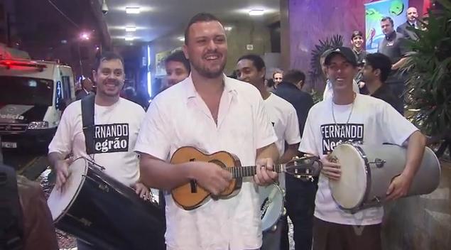 Fernando Negrão recebe a seleção da Costa Rica com música (Foto: Reprodução/TV Tribuna)