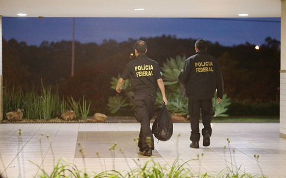 Operação Lava-Jato. Agentes do Ministério Público e da Polícia Federal cumprem os mandados de busca e apreensão na residência de Aécio Neves na Avenida Vieira Souto, em Ipanema (Foto:  Márcia Foletto /  Agência O Globo)