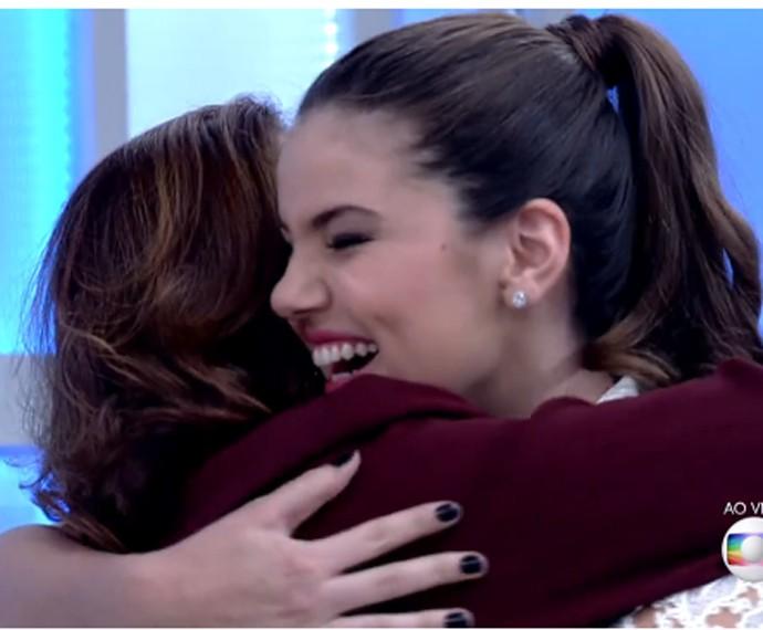 Camila Queiroz conhece Elizabeth Savalla (Foto: TV Globo)