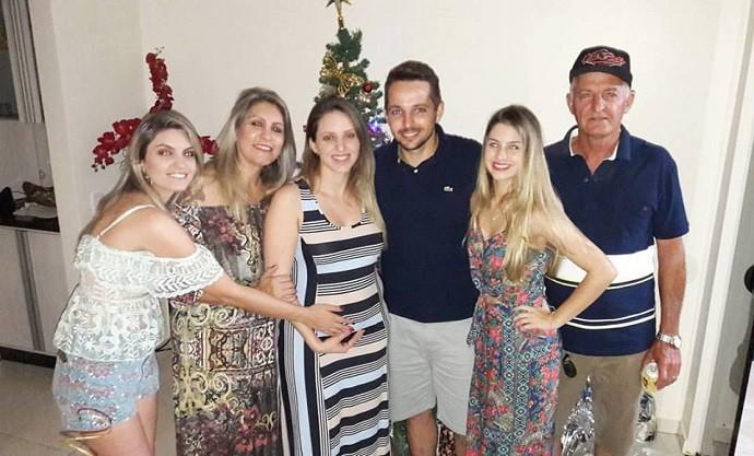 Família reunida: a irmã mais velha, Pamela; dona Leni; a irmã do meio, Poliana; o cunhado; Denise e o pai, Luís. (Foto: Arquivo pessoal)