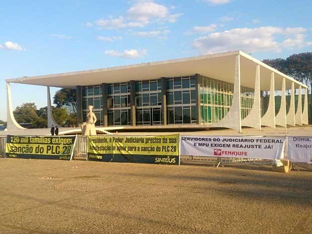 Faixas colocadas em frente ao STF em protesto por recomposição salarial de servidores do Judiciário (Foto: Mateus Rodrigues/G1)