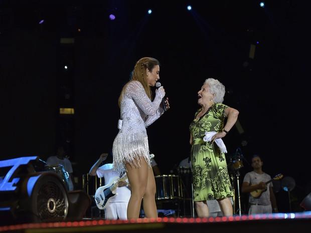 Ivete Sangalo com fã em show em Salvador, na Bahia (Foto: Elias Dantas/ Ag. Haack)