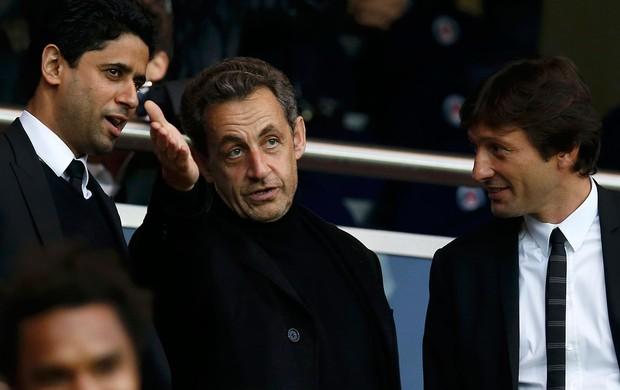 Nicolas Sarkozy conversa com Nasser Al-Khelaifi, dono do PSG, e com o diretor do clube, Leonardo (Foto: Agência Reuters)