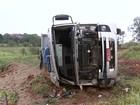 Caminhão tomba em desvio feito em vicinal por causa de cratera