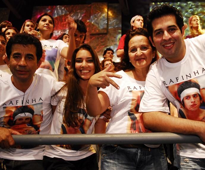 Luisa com a família da Rafinha na final do Big Brother Brasil 8 (Foto: Globo / Kiko Cabral)