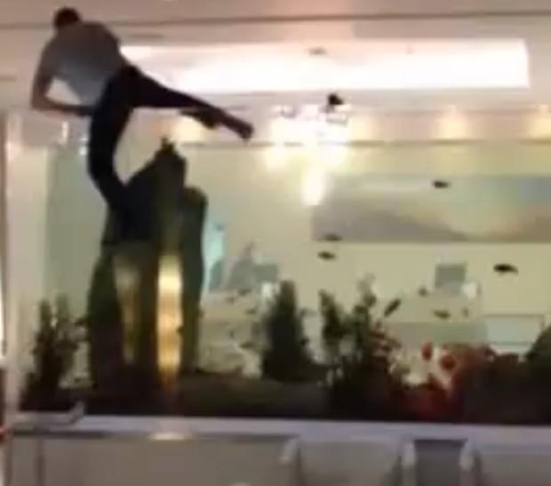 Homem entrou em aquário cheio de peixes em Nova Jérsei (Foto: Reprodução)