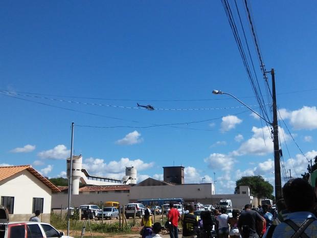Durante a transferência dos detentos, helicóptero sobrevoava o presídio  (Foto: Fabiana Conrado/G1)