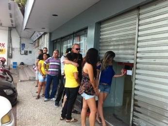 Clientes esperam abertura de loja nesta sexta (Foto: Luana Andrade/G1)