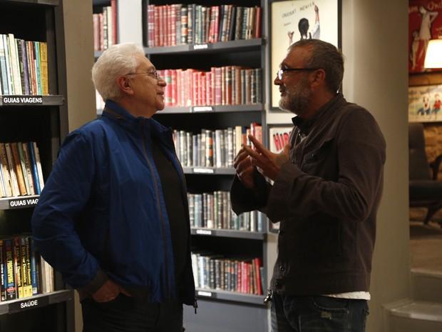 Aguinaldo conversa com o diretor de núcleo Rogério Gomes dentro do estúdio (Foto: Raphael Dias/Gshow)