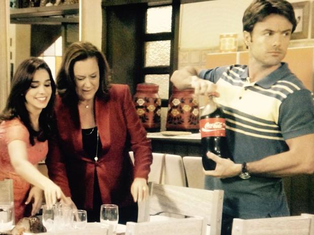 Tina recebe ajuda de Itália para preparar a mesa (Foto: Divulgação/TV Globo)