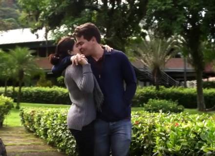 Teaser: Júlio e Antônia curtem viagem romântica