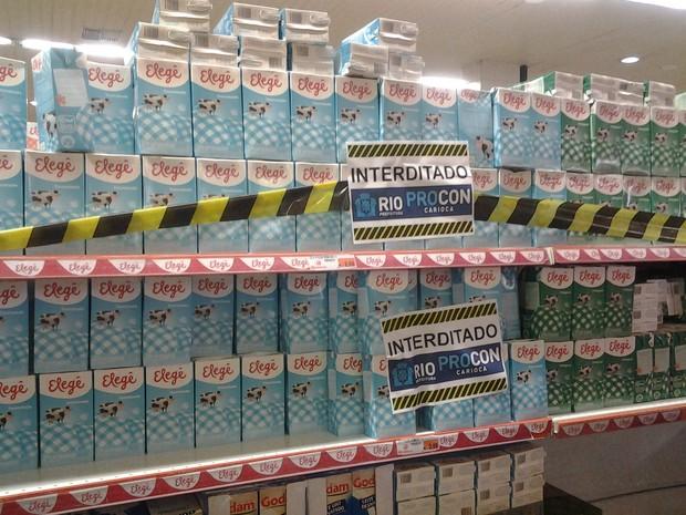 Rio de Janeiro Fiscais do Procon-RJ constataram que leite Elegê estava impróprio para consumo, então, venda foi suspensa (Foto: Rosani Abreu/ Procon-RJ)