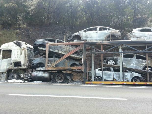 Caminhão-cegonha pegou fogo e 12 carros ficaram destruídos (Foto: Adolfo Lima/ TV TEM)