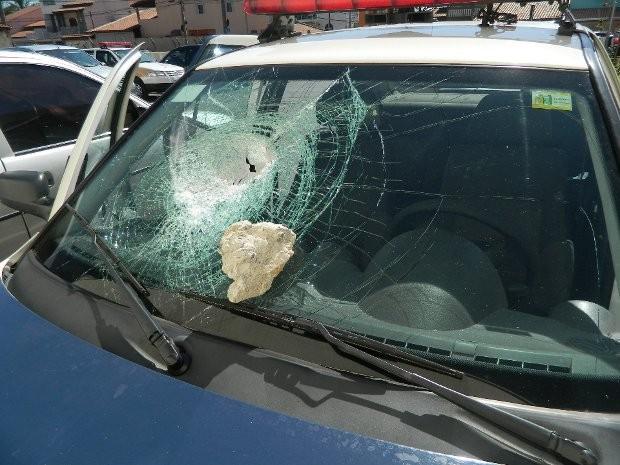Vidros da viatura foram quebrados (Foto: Guarda Municipal/Divulgação)