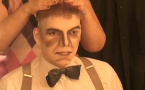 Maquiagem de Halloween inspirada no Tropeço, de 'A Família Addams'