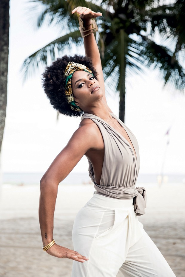 A francesa Maryam Kaba demonstra movimentos da Afrovibe na praia do Leme, no Rio (Foto: Daryan Dornelles)