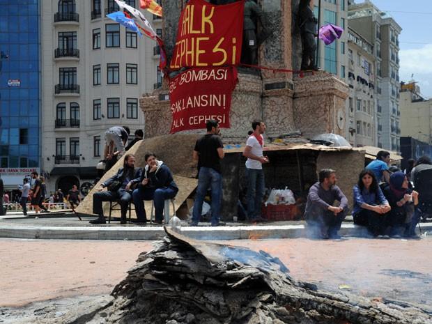Manifestantes fazem fogueira na Praça Taskim, em Istambul, neste domingo (2) (Foto: Bulent Kilic/AFP)