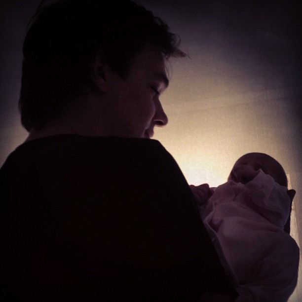 Nathalia Guimarães posta foto do marido com uma das filhas (Foto: Instagram / Reprodução)