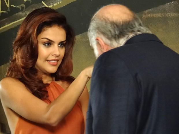 Garcez se encanta com a beleza de Rosângela (Foto: Salve Jorge/TV Globo)