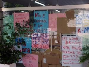 Estudantes pregaram cartazes na porta de entrada do prédio da reitoria (Foto: Francisco França/Jornal da Paraíba)