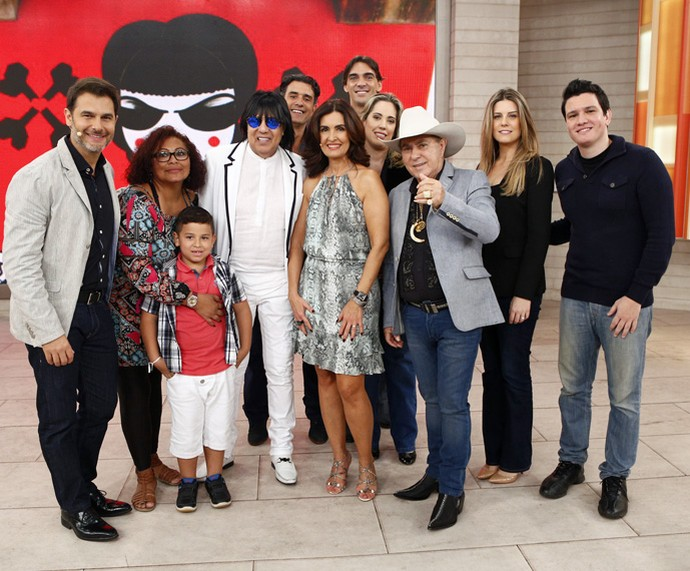 Fátima Bernardes posa com os convidados do 'Encontro' (Foto: Fabiano Battaglin/Gshow)