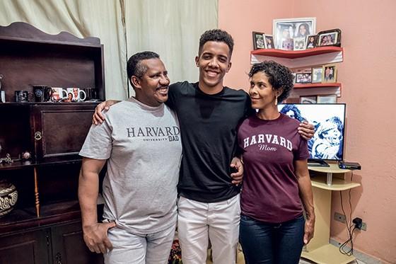 FAMÍLIA Abrantes entre o pai, Wariston, mecânico, e a mãe, Anísia. Apoio em casa foi crucial (Foto: José Roberto Da Silveira/ Agencia O Globo)