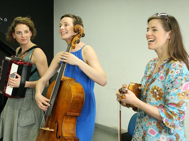 Anne-Monika, Sonja Lena e Iris, do Salut Salon: master class na Orquestra AfroReggae, em Vigário Geral (Foto: Divulgação/Lucas Conrado)