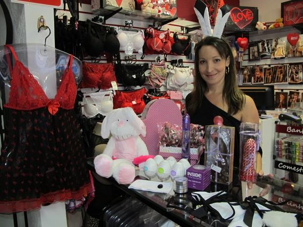 Vendas aumentam cerca de 30% na sex shop de Patricia, que tem loja em Santos (Foto: Silvio Muniz/G1)