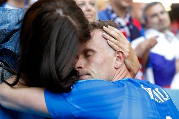 BLOG: Durica busca o carinho da esposa após eliminação da Eslováquia na Eurocopa